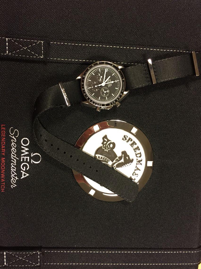 Omega Speedmaster Moonwatch avec l'un des 3 bracelets fournis.