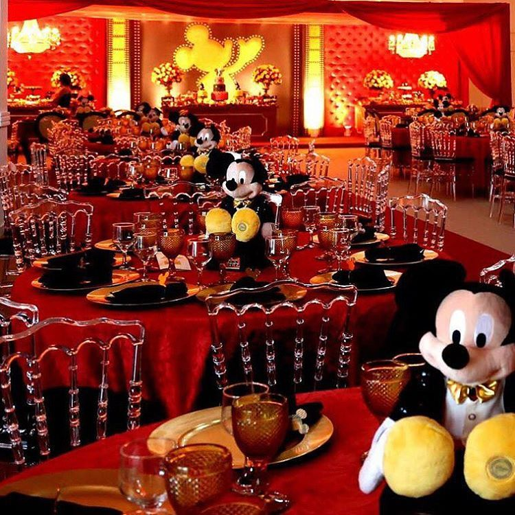 """""""The Golden Mickey's foi o tema desenvolvido para essa noite especial .. Decor @espacodreams por @barbaramendonca02 / Registro www.agenciaberenger.com.br…"""""""