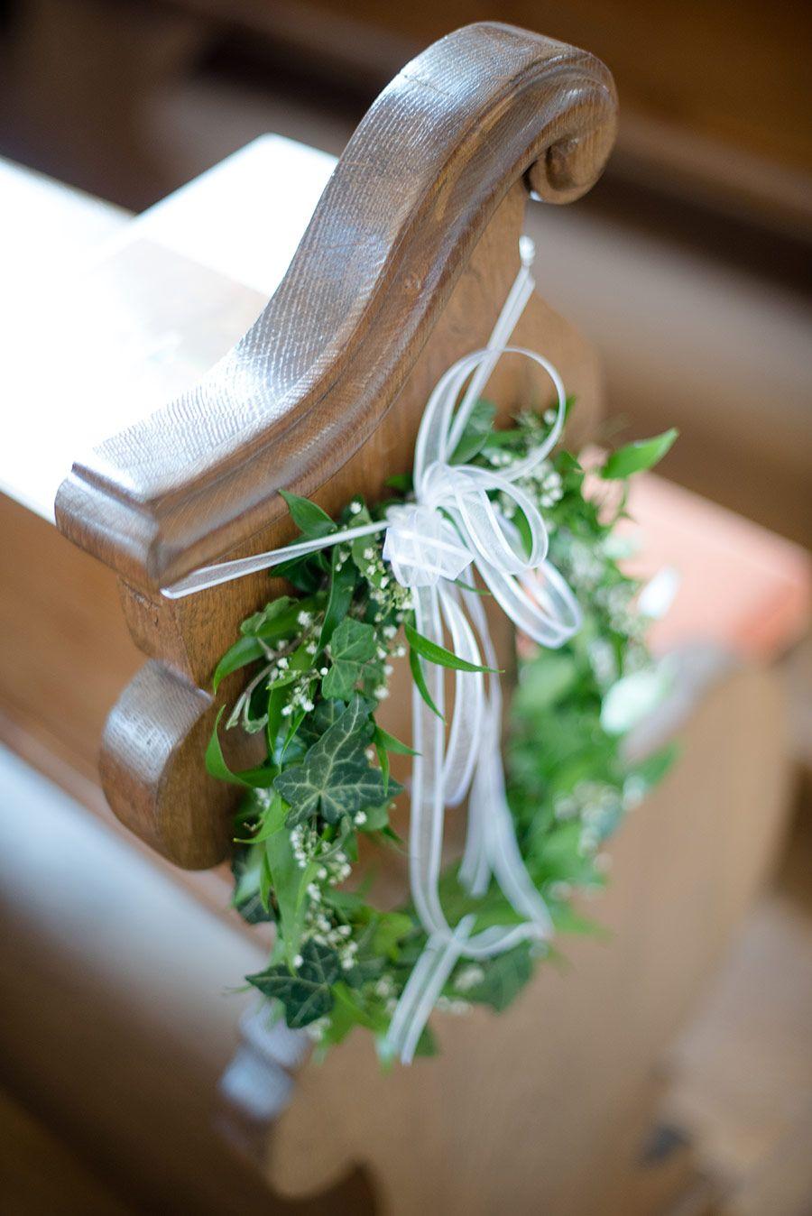 ein ring mit efeu und etwas schleierkraut als deko in der kirche an der kirchenbank foto. Black Bedroom Furniture Sets. Home Design Ideas