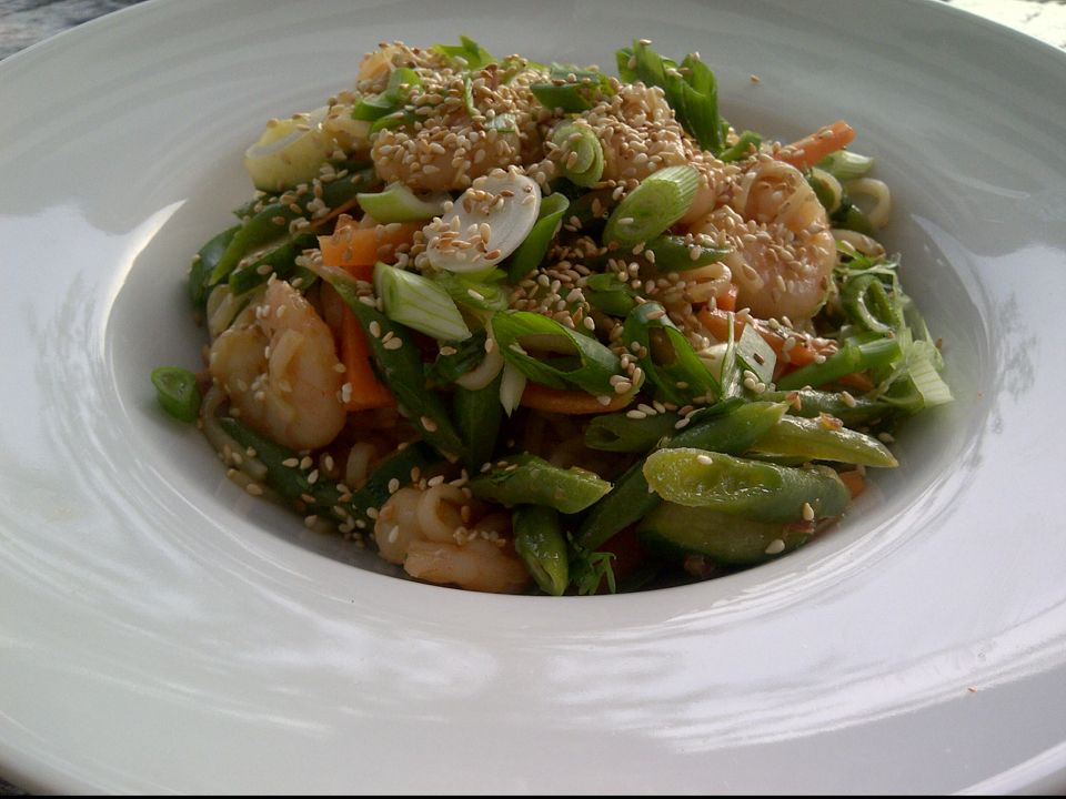 Cold thai noodlesalad with shrimps,green beans, chopped scallion and toasted sesame seeds!