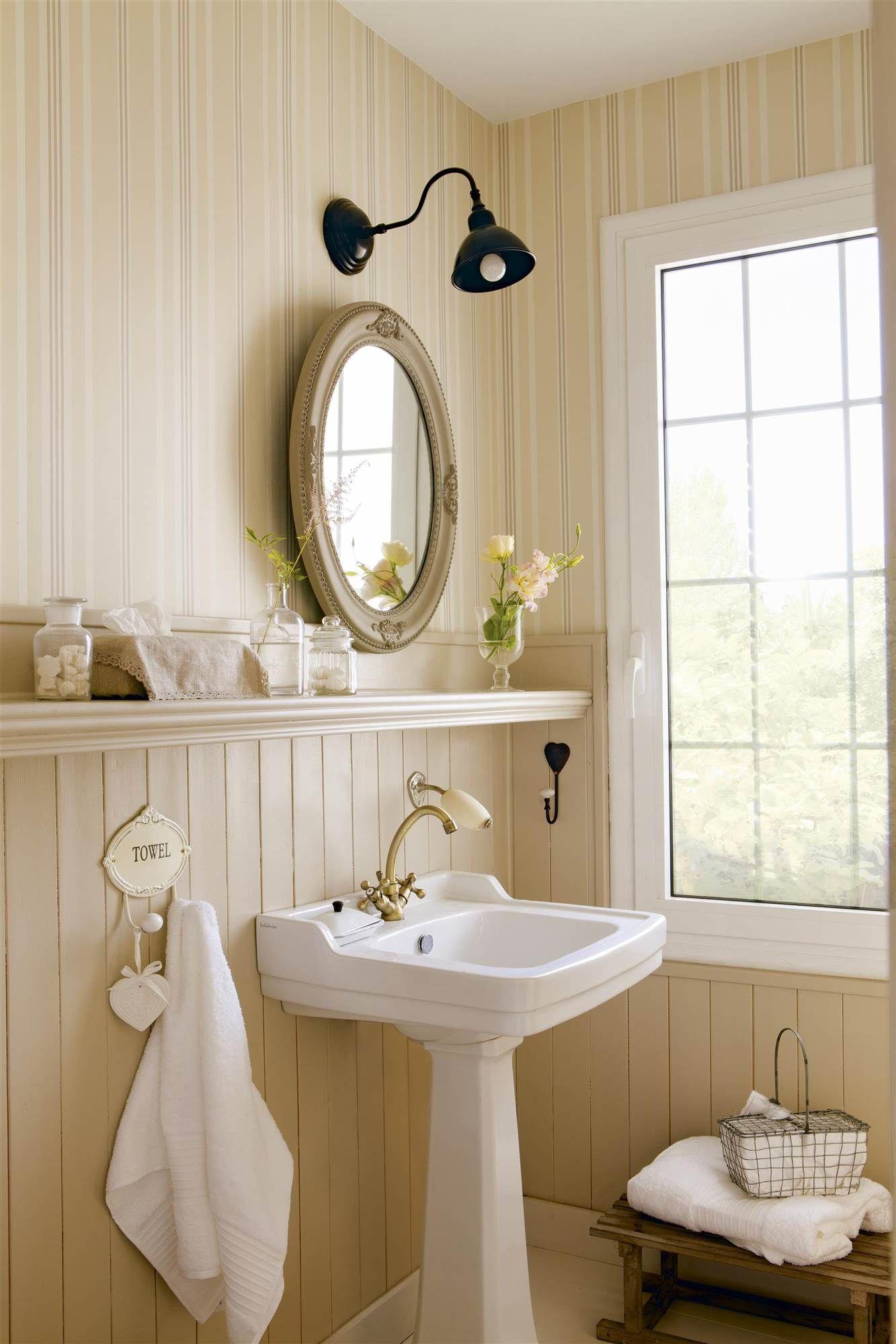 baño con la mitad de la pared de papel pintado de rayas y la otra ...