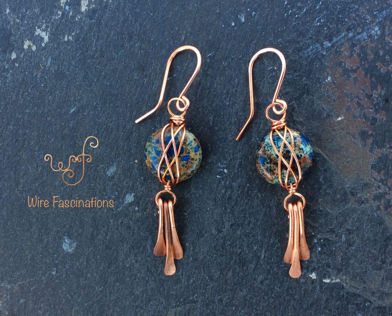 Photo of Handgemachte Jaspis Ohrringe: Kupferdraht umwickelt blau gefärbten Jaspis mit Baumeln