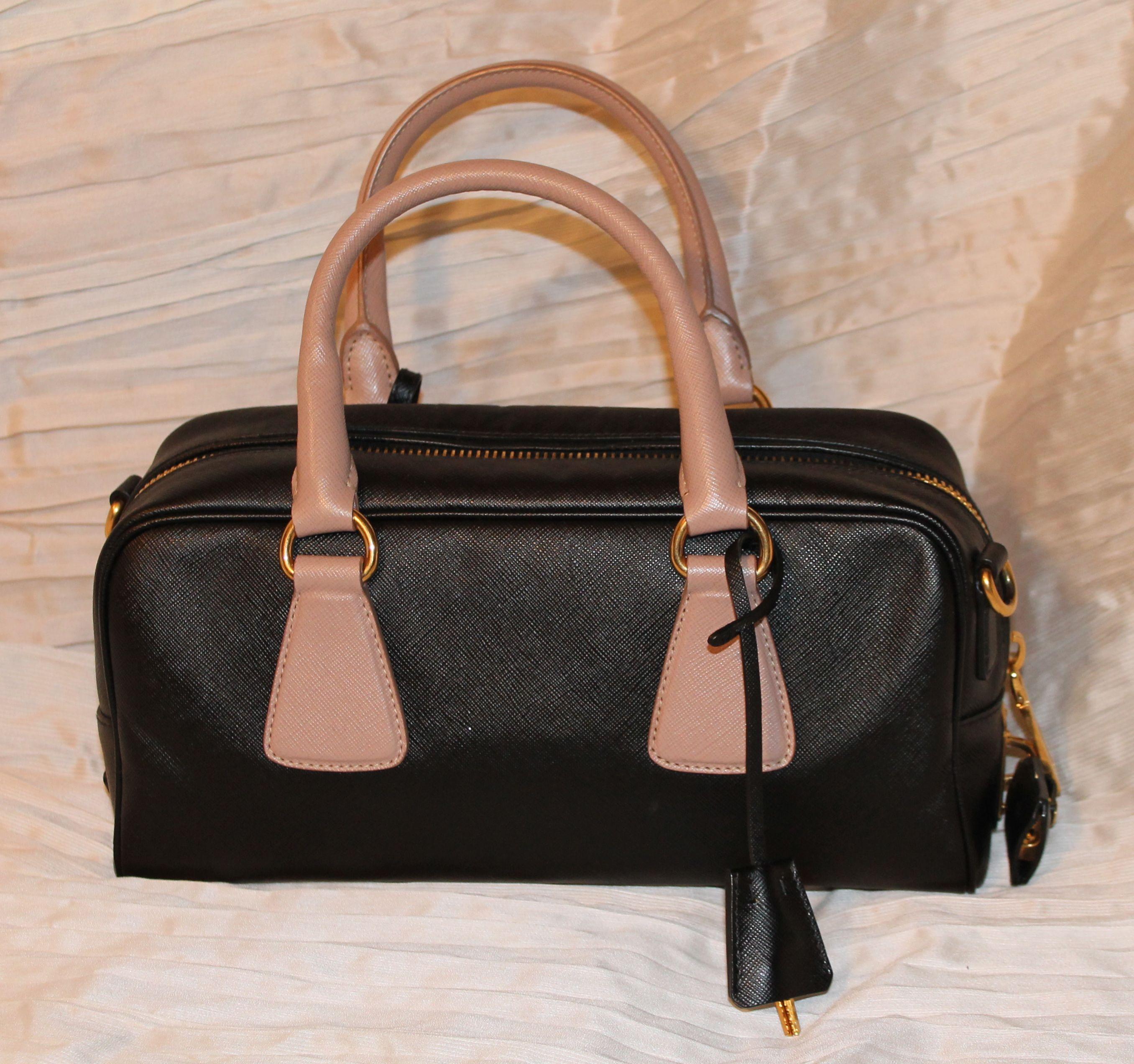 91b2007080 Piccola bowling bag PRADA in saffiano nero con doppio manico cipria,  accessori oro, lucchetto e tracolla. Condizioni perfette.