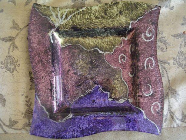 ,צלחת זכוכית עם משטחי צבע ועיטורים עשויה בצבעי היילייט בשכבות