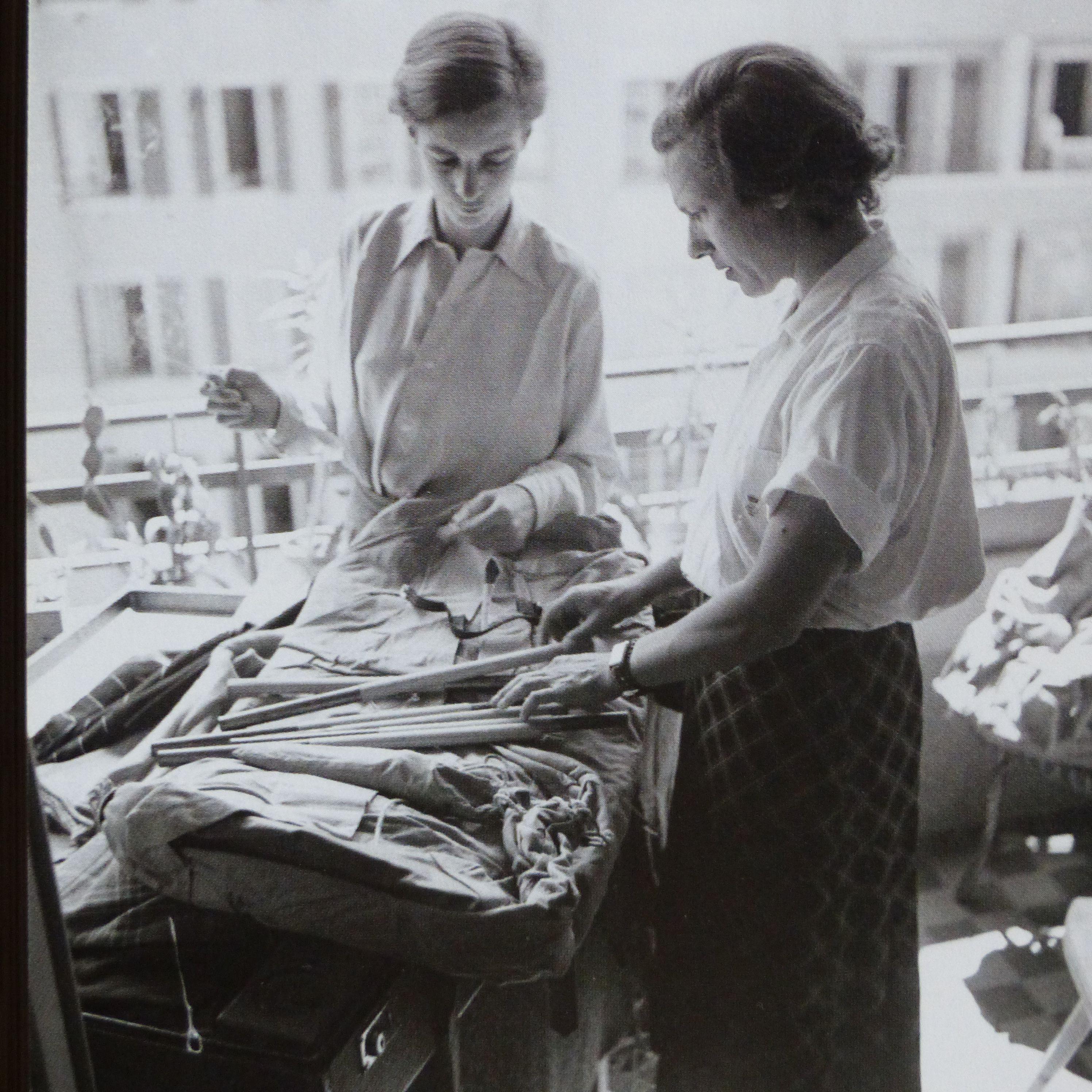avec ella maillart lors des prepararatifs de leur voyage en orient en mai 1939 du livre. Black Bedroom Furniture Sets. Home Design Ideas