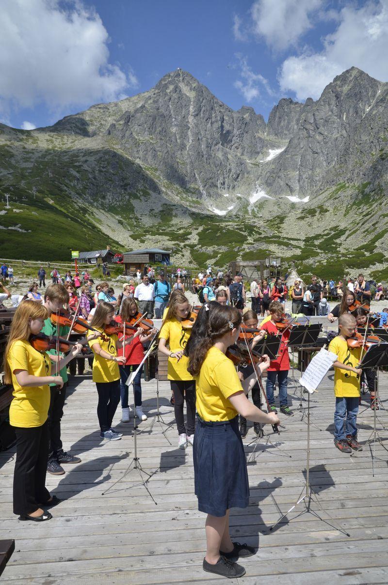 Pozrite si koncert detského husľového orchestra na Skalnatom plese   Spravodajstvo   poprad.korzar.sme.sk