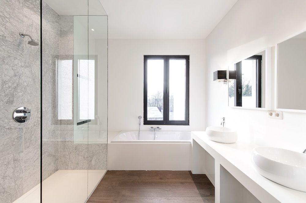 Marmeren Badkamer Vloer : Renovatie badkamer met parket vloer en muurwanden in marmer