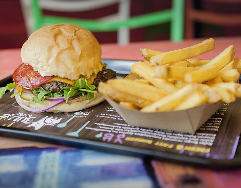 Leckere Homemade Burger, Salads & Fries