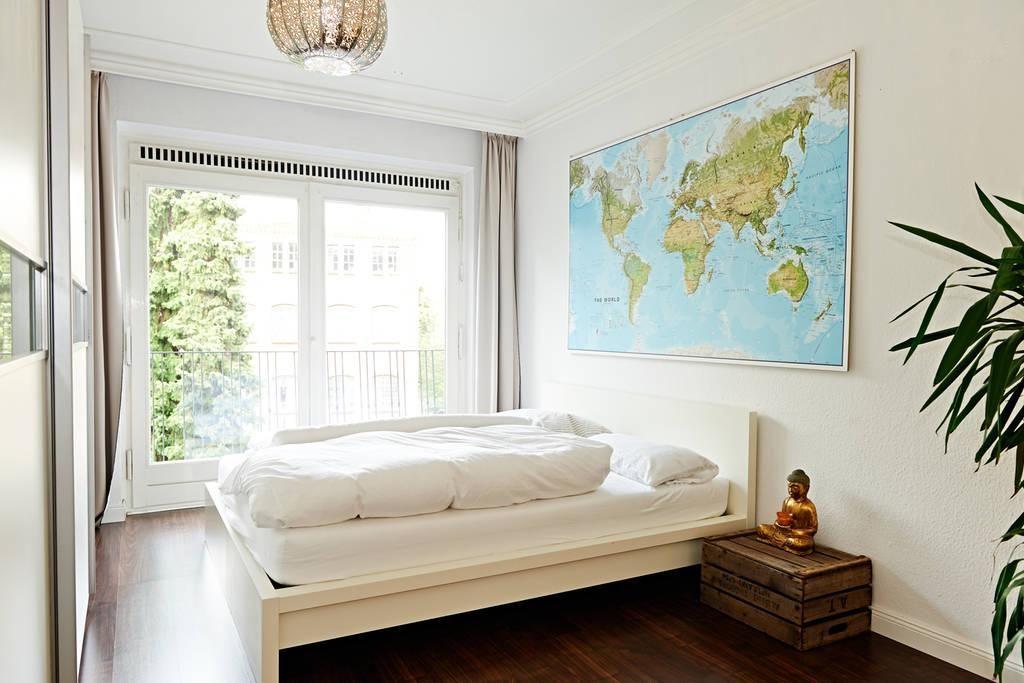 Gemütlich eingerichtetes Schlafzimmer in weiß mmit großem Bett - schlafzimmer in weiß