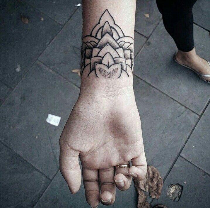 Tattoo de tais no punho
