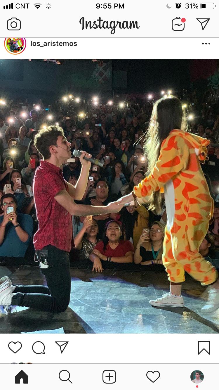 Joaco Holding A Fan S Hand Fotos Del Sol Fotos Amor Verdadero
