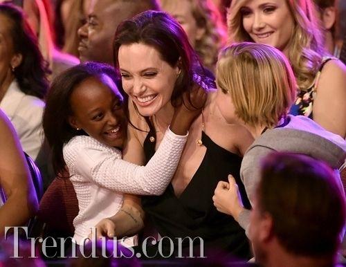Angelina Jolie ödül sevincini kızlarıyla paylaştı