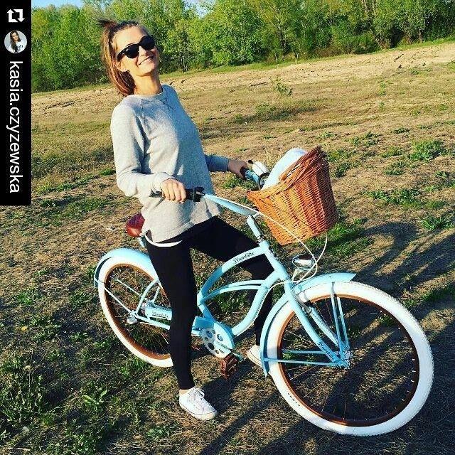 15455dfd2 Bicicleta para mujer retro. Diseñada en una combinación de tres colores:  blanco, rosa y menta. Bicicleta de la casa Plumbike montada a mano.