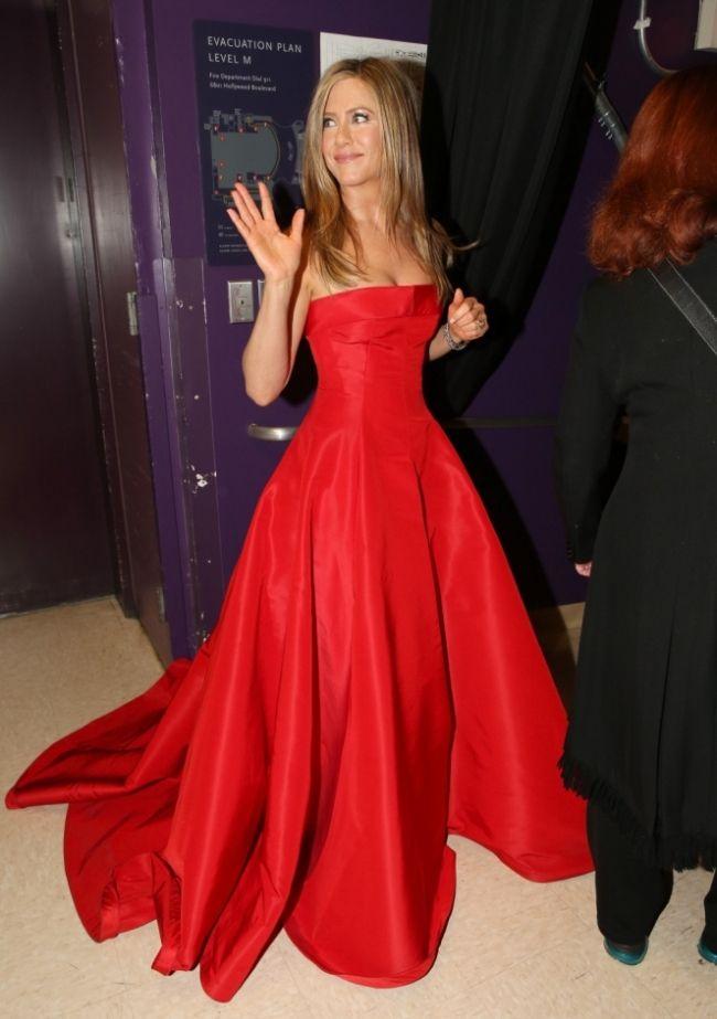 Jennifer Aniston in strapless Valentino satin dress. I wish I could ...