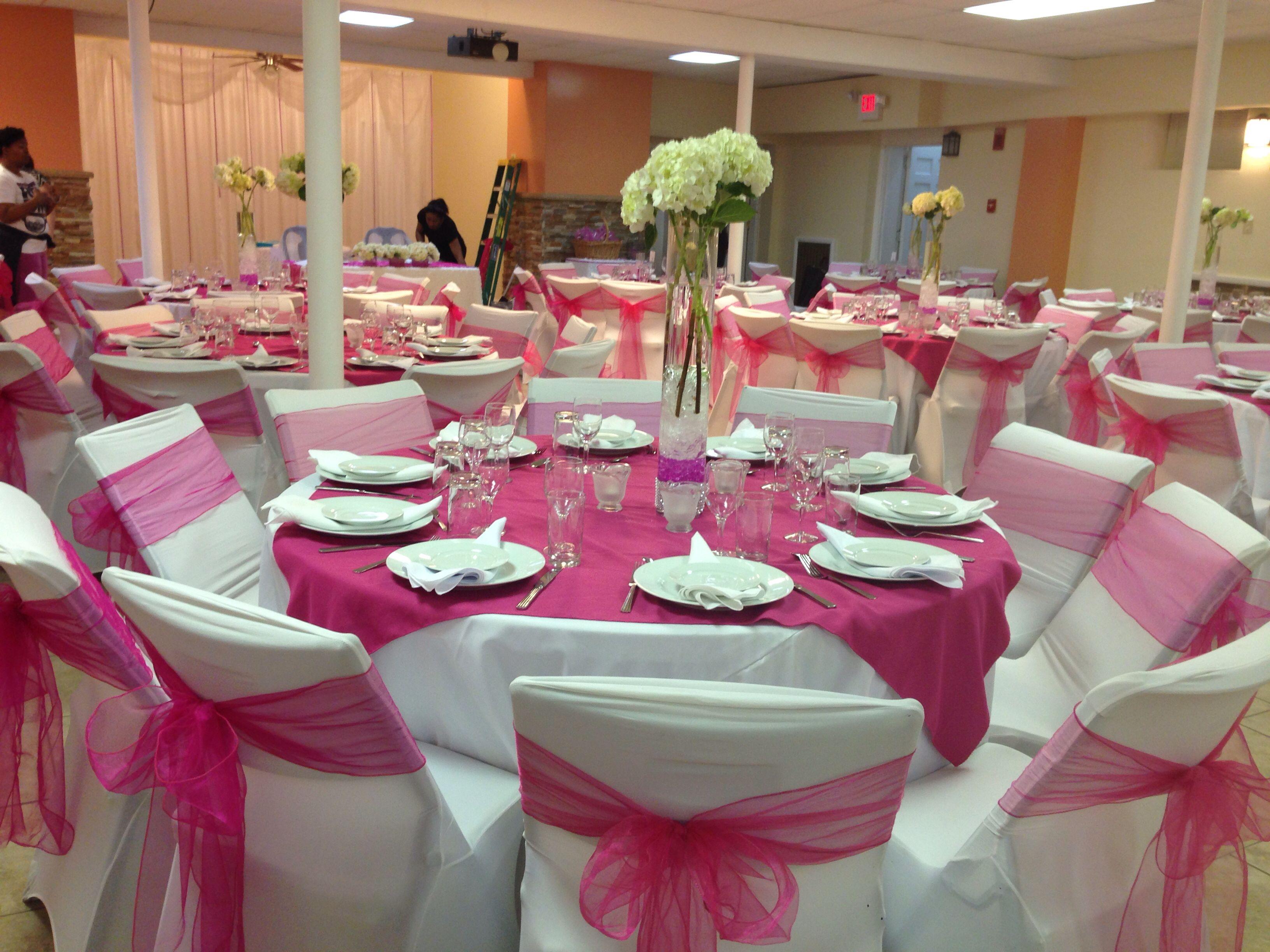 Decoration Of A Fuchsia Wedding Table Center Piece Wait Flowers Wedding Table Centres Table Centerpieces Fuchsia Wedding