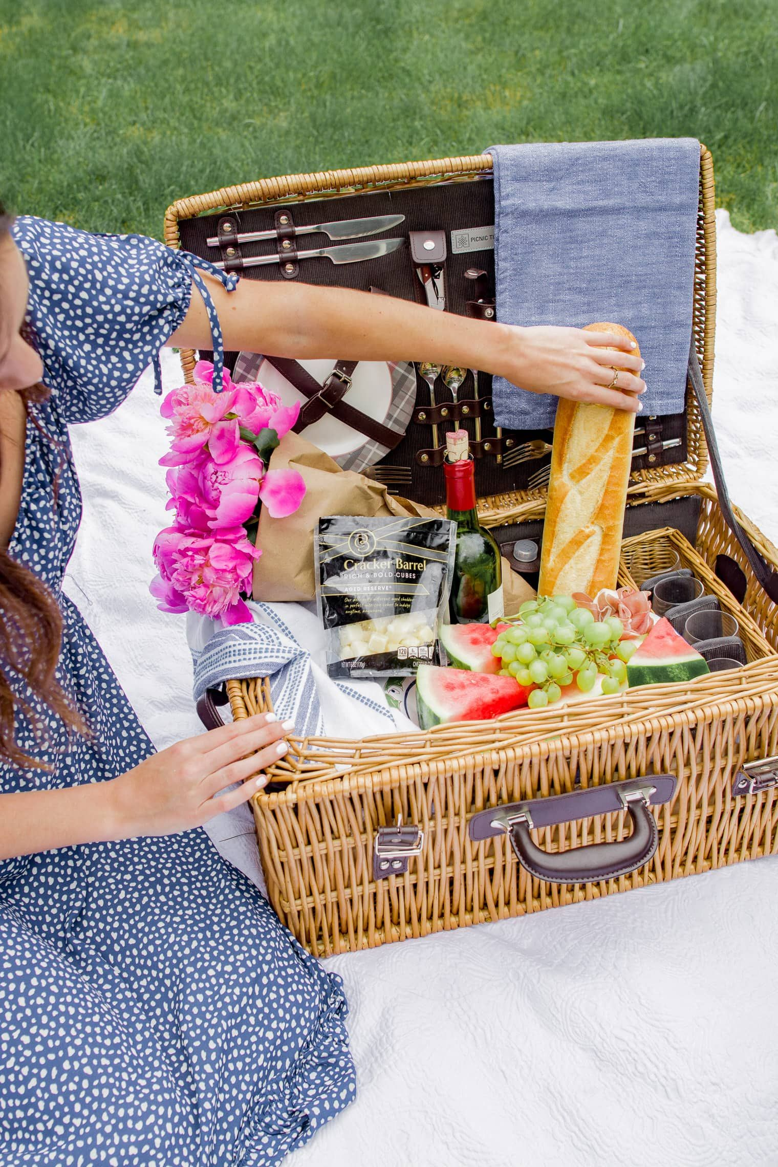 What To Bring To A Picnic: An Easy Picnic Packing List