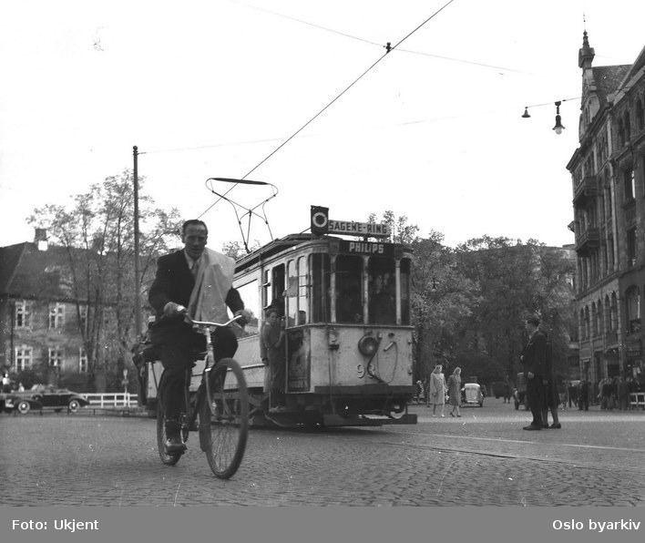 Trikk og mann på sykkel i Oslobygda.