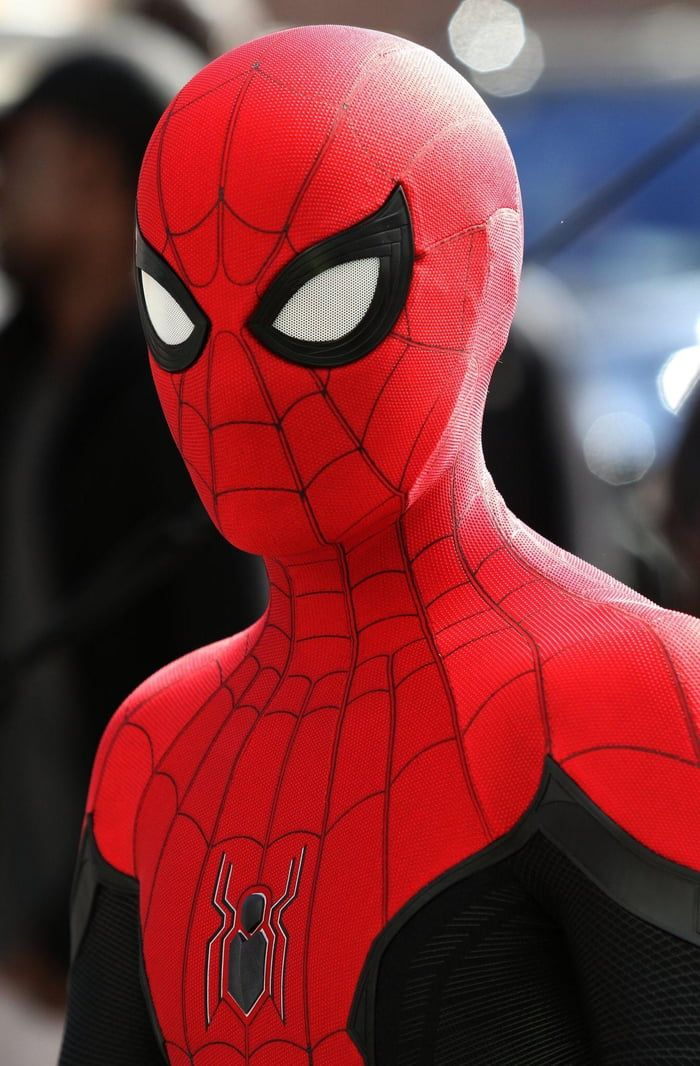 Can we just talk about how good SpiderMan's mask looks in