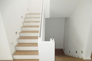 treppe fliesen in holzoptik u wei e flie en matt haus pinterest treppe treppenhaus und haus. Black Bedroom Furniture Sets. Home Design Ideas