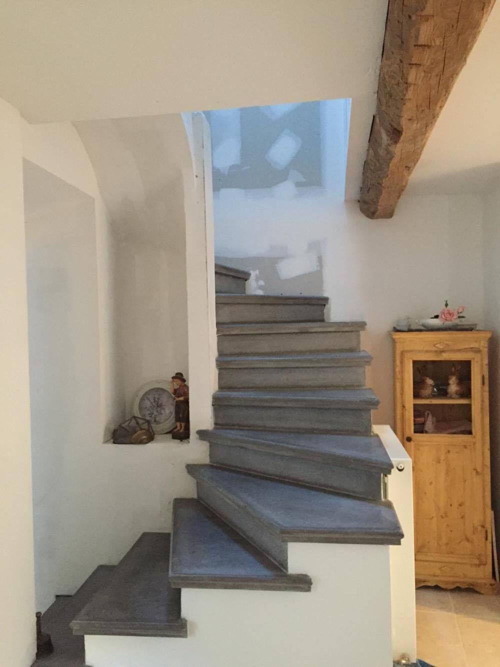 Fabrication Et Pose D Escalier En Beton Gris Lisse A Carcassonne Et Toulouse Escalier Beton Decoration Maison Escalier
