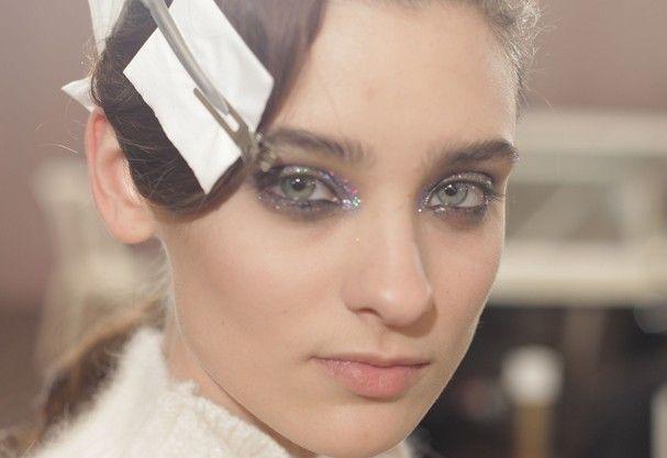 Brilho no olhar da beleza de Olympia Letan, paris Fashion Week