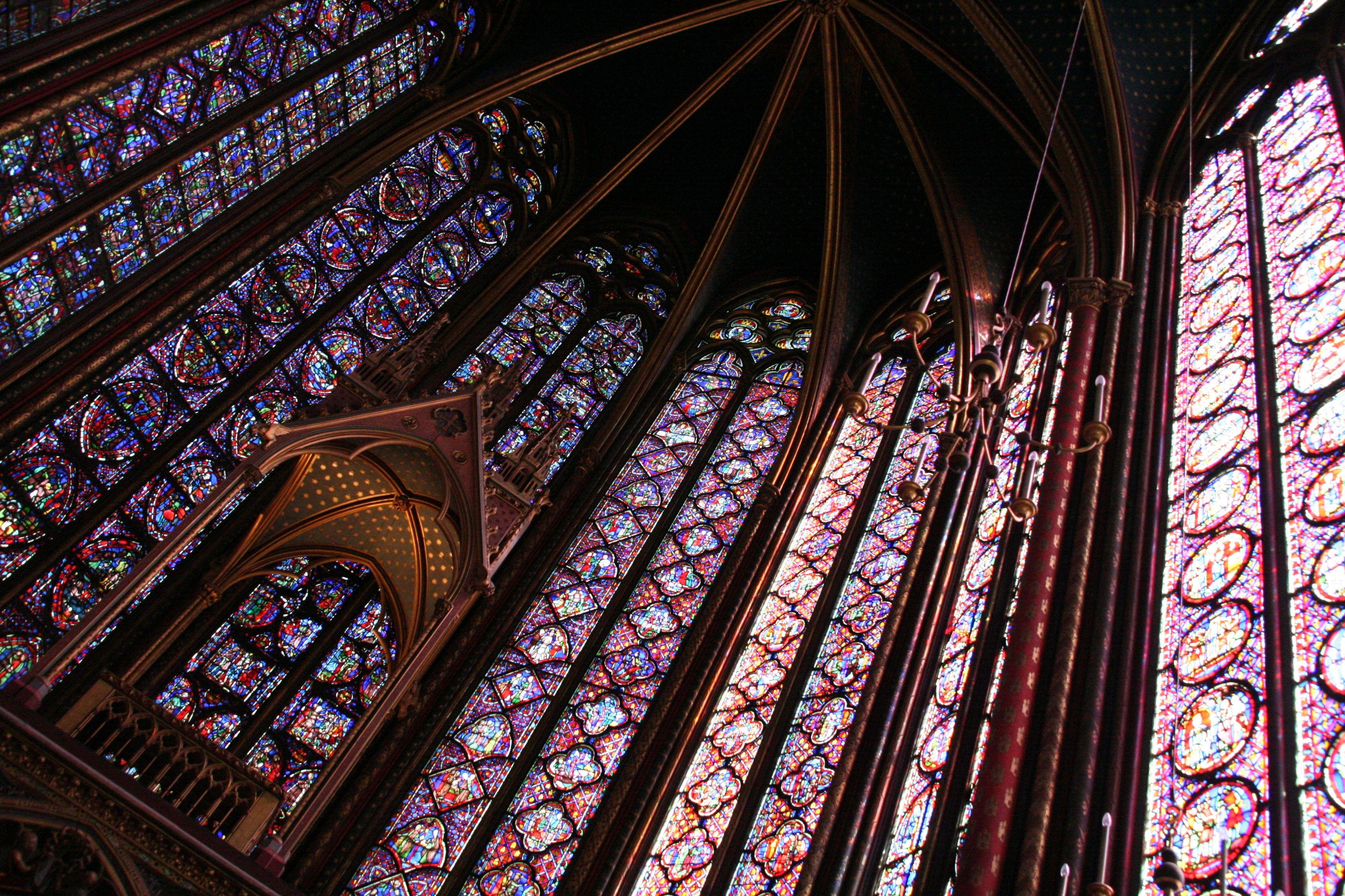 FRANÇA- Paris, Ste Chapelle - La Sainte-Chapelle est une chapelle qui fut édifiée sur l'île de la Cité, à Paris, à la demande de Saint Louis afin d'abriter la Couronne d'Épines, un morceau de la Vraie Croix, ainsi que diverses autres reliques de la Passion qu'il avait acquises à partir de 1239.