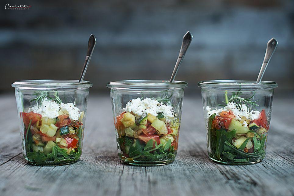 Das Rezept für einen lauwarmen Gemüsesalat ist super einfach und geht schnell, und: den Gemüsesalat im Glas kann man als Snack zwischendurch oder Hauptmahlzeit essen, lauwarm oder kalt.