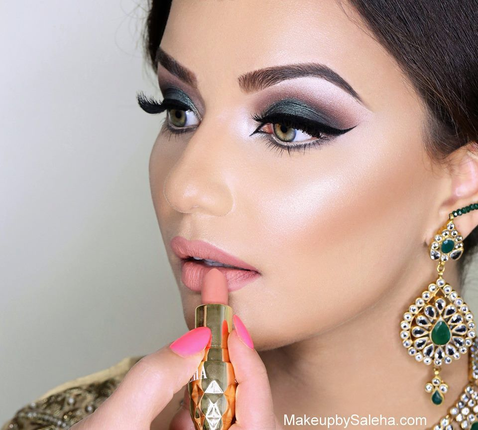 Subtle And Minimal Bridal Makeup Look In 2020 Indian Bride Makeup Bridal Makeup Looks Bridal Photography Poses