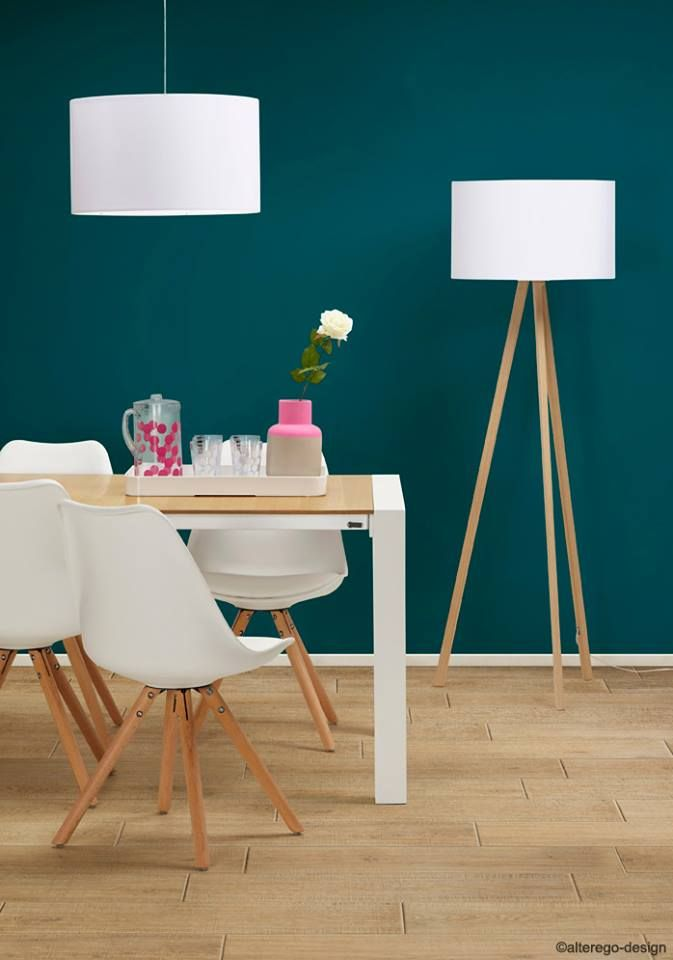 Salle à manger scandinave avec mur bleu canard et carrelage effet ...