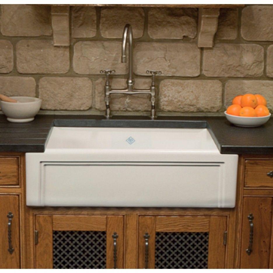 Gewohnliche Metall Kuchenarmaturen Bauernhaus Stil Bild Oben Weissen Waschbecken In Langen Schwarzen Arbeitsplatte Kuchen Sink Kitchen Solutions Butler Sink