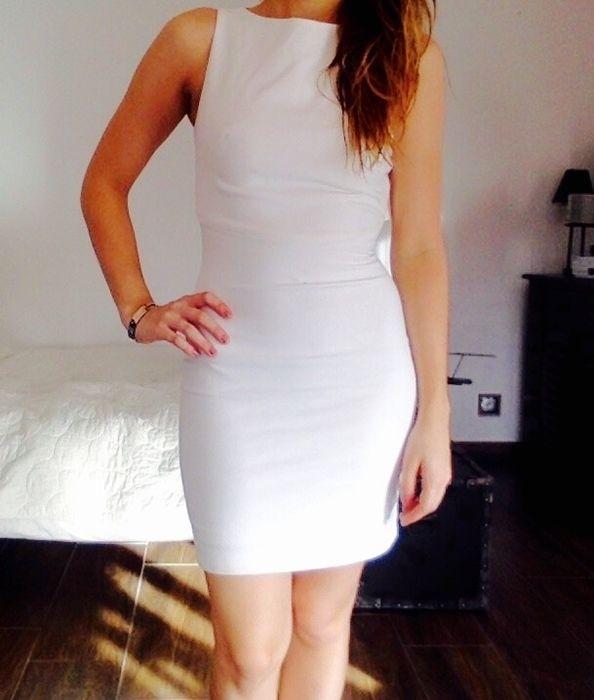 967d8941363c6 Jolie robe moulante blanche Zara Ouverture horizontale dans le dos  Fermetures au niveau des omoplates et de la taille Po.