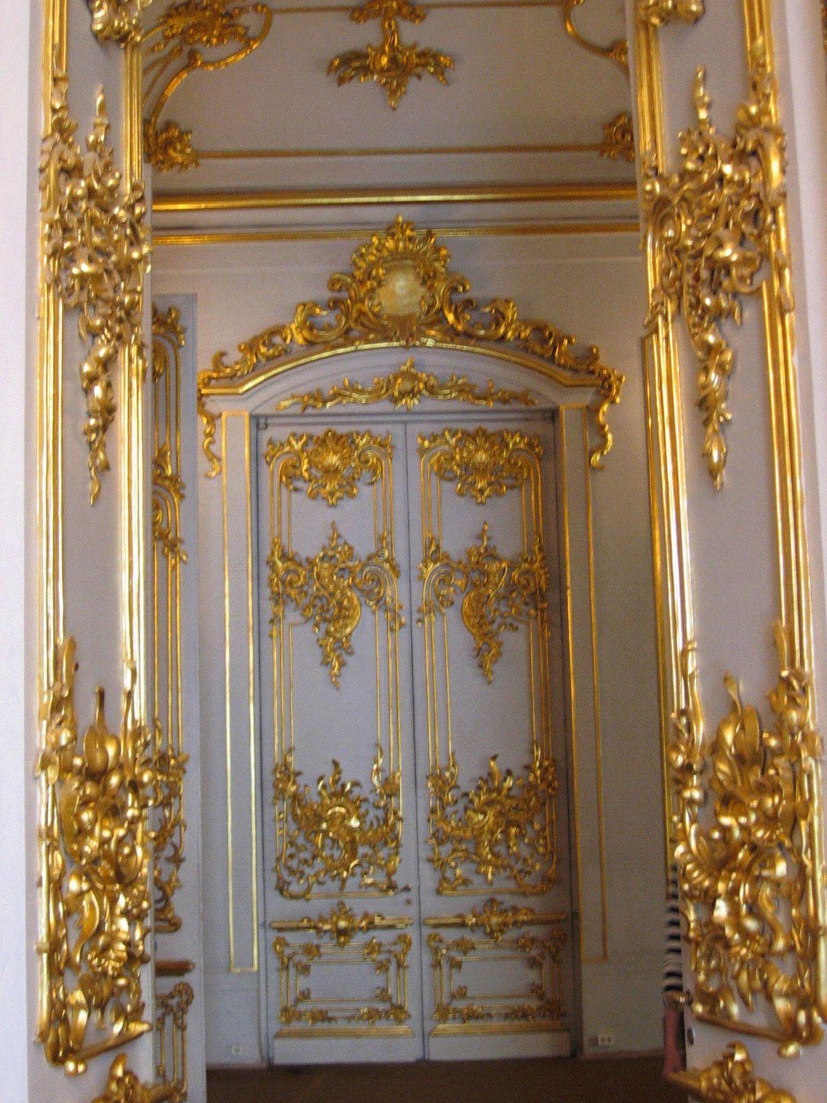 /Elaborate_doors_in_Armorial_Hall.jpg