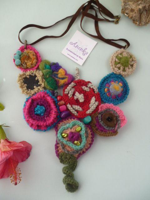 collar tejido crochet con aplique de mariposas y cadenas.