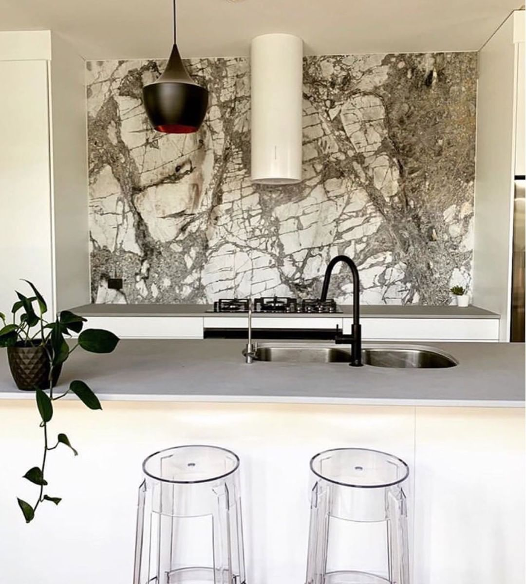 Cote D Azur Marble Provides A Magnificent Feature Wall In This Kitchen From Sabi Interiors Cdkstone Cotedazurema Feature Wall Natural Stone Kitchen Marble