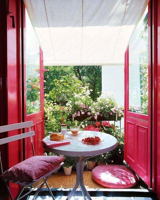 Sichtschutz Balkon üppige Pflanzen Rosen Geländer