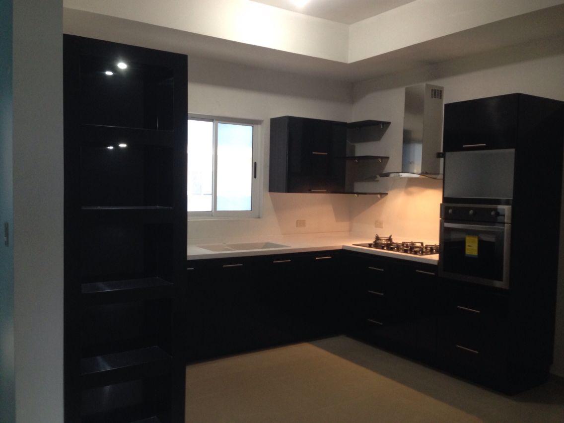 Cocina negro al Alto Brillo, cubierta Corian blanco y mueble ...