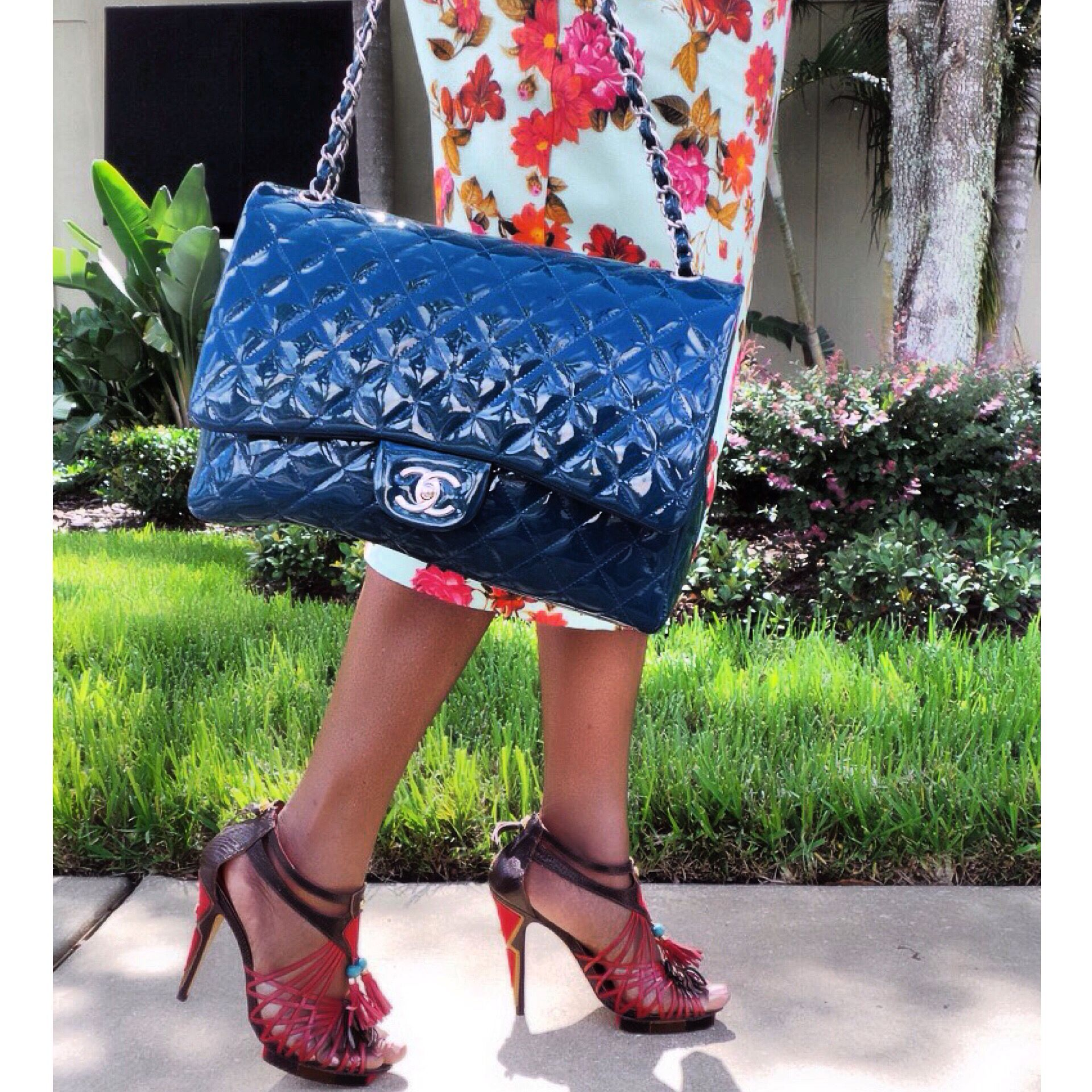 Sunday's details while on the way to Brunch! Chanel bag makes the outfit complete.  #ootd #ootdmagazine #fashion #fashionshot #fashionblogger #fashionblog #streetstyle #chanel #styleshoppe #accessories #lotd #lookmazing #everydaylookers #ilovefashionbloggers #bgkionline #whatimwearing #picoftheday #sundaybrunch #sundayservice #girlswhobrunch #family