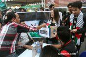 Anggota Komunitas Fotojurnalisme Warga Mata Kamera melakukan aksi penggalangan dana untuk rakyat Palestina, di kawasan Ramadan Fair, Medan, ...