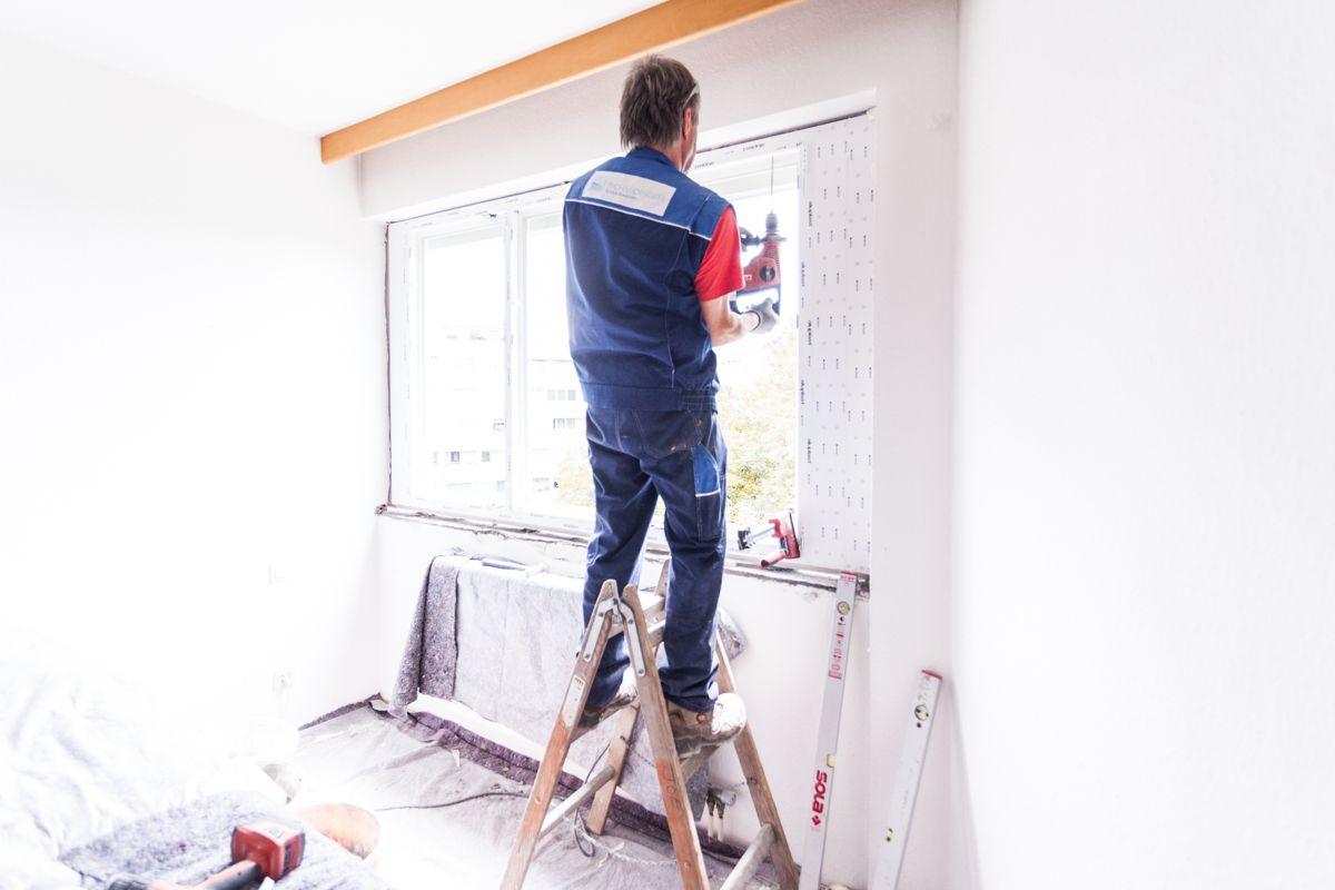 Befestigung des neuen Kunststofffensters - Montagelöcher werden im Mauerwerk vorgebohrt!   #Fenstermontage #Linz #Oberösterreich