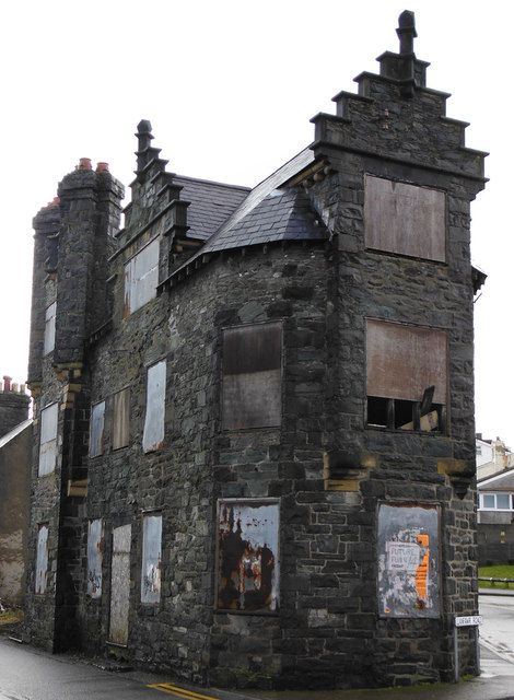 Derelict building, corner of Llanfawr Road