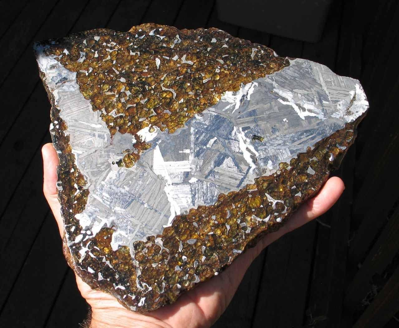 компания метеориты с оливином на камне фото своих