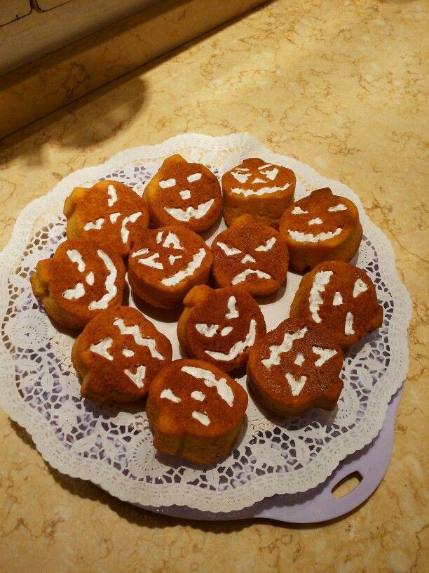 Muffins Carote E Mandorle Fatti Con Stampo In Silicone Faccine Di Halloween.