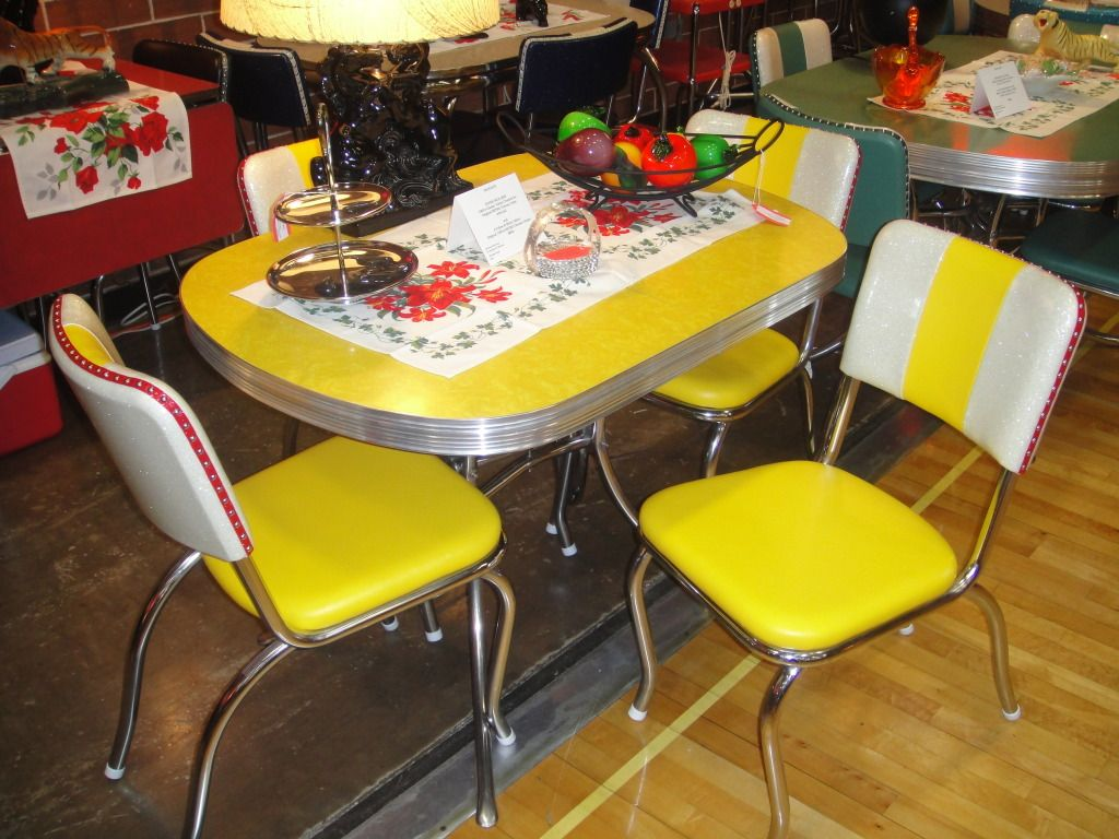 Table D Appoint Cuisine vintage chrome & formica dinette set with leatherette chairs