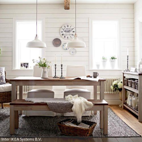 Die Weiße Holzverkleidung Der Wand Erzeugt Eine Friedliche, Cleane  Atmosphäre In Dem Esszimmer. Der Korbsessel Und Die Aufbewahrungsboxen In  Braun Setzen ...