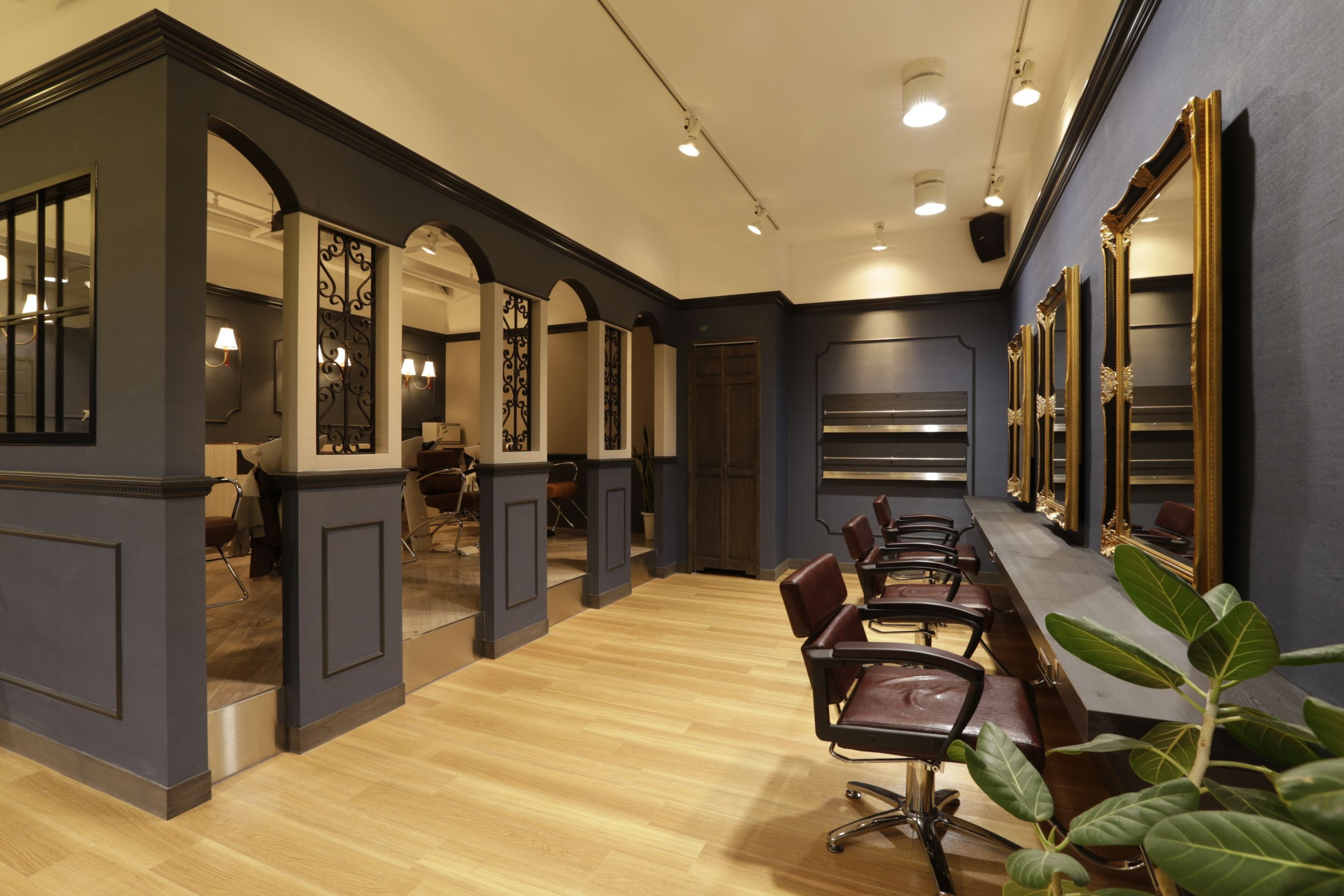 Beauty salon interior design ideas chairs mirrors for Interior design for salon