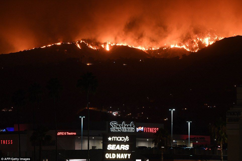 Largest Wildfire In Los Angeles History Forces 700 Evacuations Los Angeles History Hollywood Sign Emergency Responder