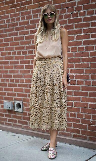 top nude,falda de cortemidi,y unos mocasines con estampado de flores