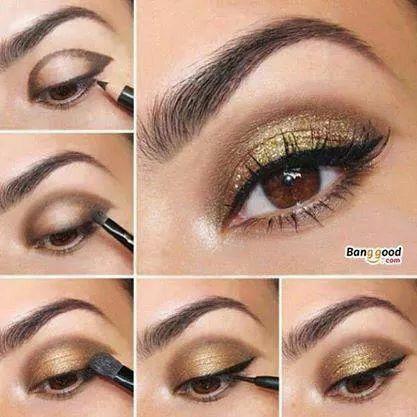 Maquillaje para ojos dorado con delineado negro y degradado en la