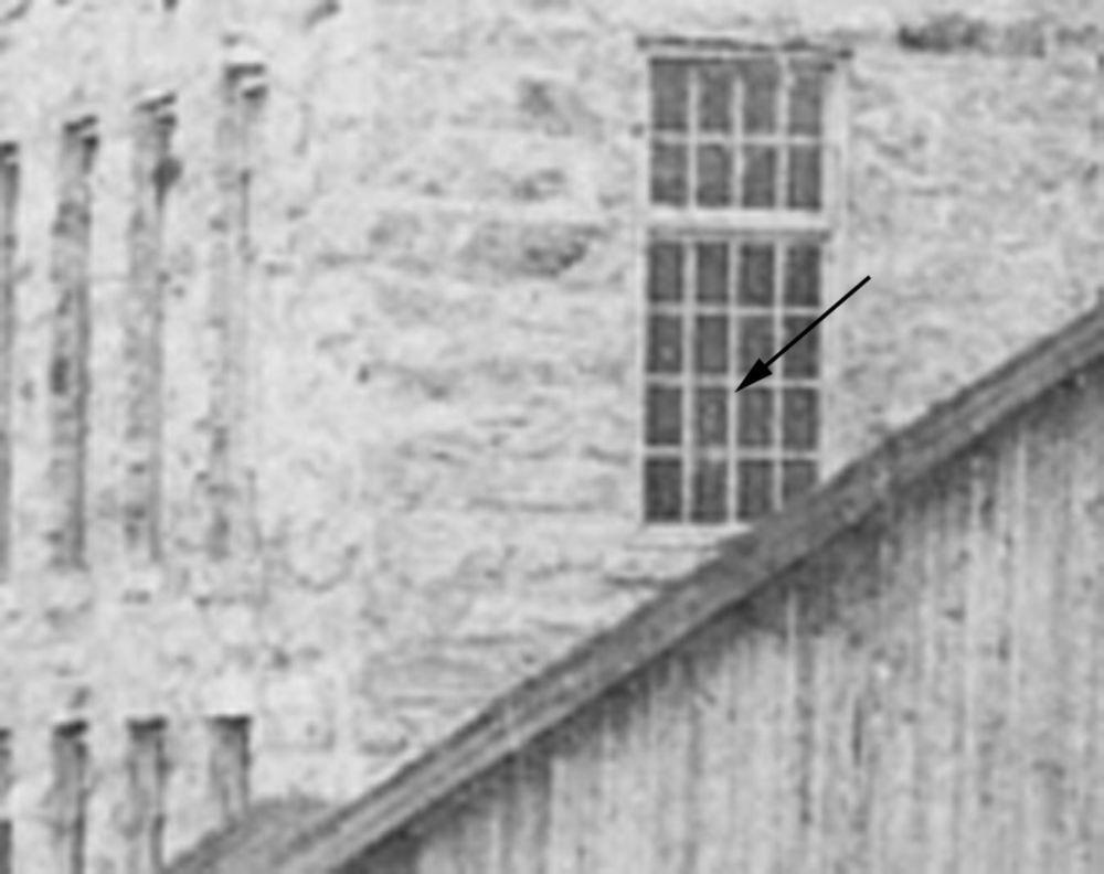 La storia di Sally YorkNel 1912 una bambina di nove anni, Sally York, morì nello stabilimento tessile di North Folk nello stato di New York. La sua morte destò all'epoca così tanto scalpore che fu di stimolo alla promulgazione di una delle prime leggi sulla limitazione del lavoro minorile negli Stati Uniti. Dopo la sua morte, diversi operai dello stabilimento tessile cominciarono a raccontare di zone inspiegabilmente fredde nell'edificio, di strani rumori e di misteriosi colpi sulle spalle…