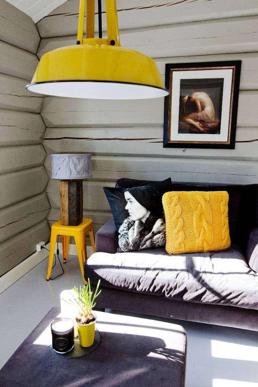 Woonkamer met okergeel, leuk voorbeeld wat kleur in je interieur ...